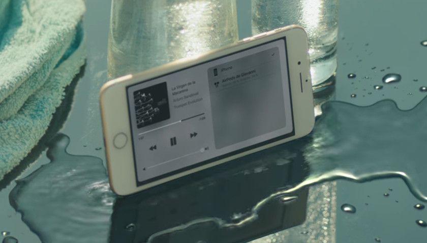 8f25da8520f La organización de consumidores, OCU, ha acusado a Apple de publicidad  engañosa del iPhone 7 en una campaña que da a entender que el terminal es  resistente ...